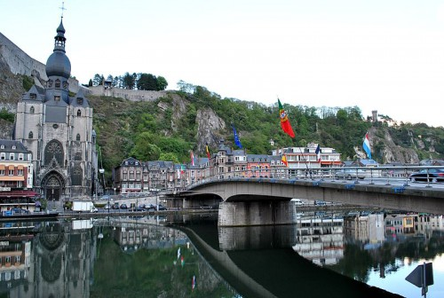 800px-2_of_10_-_Mause_River,_Dinant_-_BELGIUM