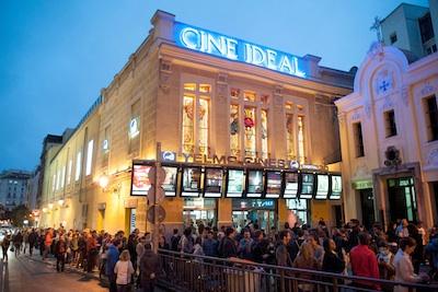 CINE IDEAL DE MADRIDen la foto : colas en  la entrada con motivo de la 1 edicion de la fiesta del cine 22/10/2013 MADRID